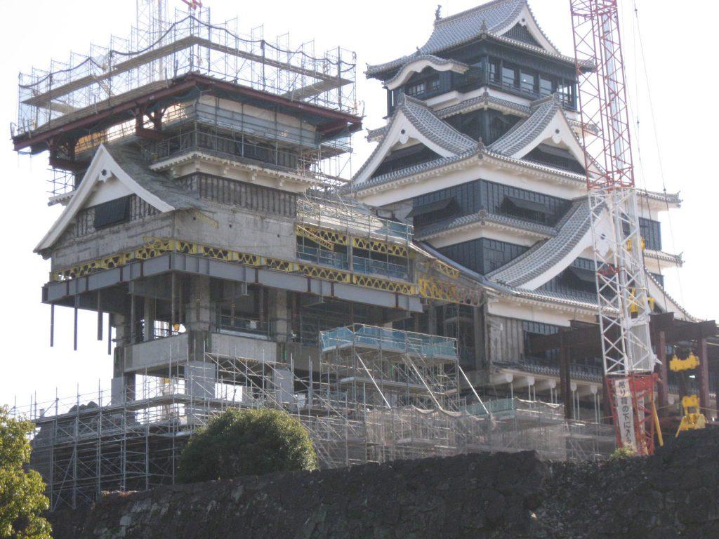 名城の熊本城は天守から修復がなされています。